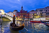 A Gondolier Guides His Boat and Passengers Toward the Rialto Bridge on the Grand Canal at Night Fotografisk tryk af Mike Theiss