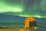 An Aurora Borealis Near the Famous Arctic Circle Sign Fotografisk tryk af Mike Theiss