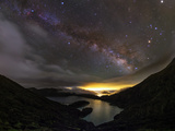 The Milky Way over the Lake of Fire Fotografisk tryk af Babak Tafreshi