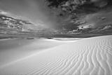 Summer Monsoon Clouds over White Dunes in White Sands National Monument Fotografisk tryk af Derek Von Briesen