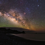 The Arc of the Milky Way Rises Above the Shores of the Atlantic Ocean Fotografisk tryk af Babak Tafreshi