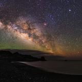 The Arc of the Milky Way Rises Above the Shores of the Atlantic Ocean Lámina fotográfica por Babak Tafreshi