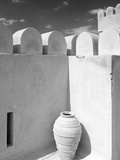 Pottery Urn Inside Crenellated Walls of Nakhal Fort; Nakhal, Hajar, Oman Fotografie-Druck von  Design Pics Inc