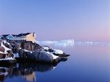 Houses on the Coastline with Icebergs, Disko Bay Reproduction photographique par  Design Pics Inc