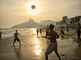 Young Men Play Beach Football on Ipanema Beach as the Sun Sets Fotografisk tryk af Kike Calvo