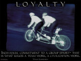 Loyaliteit, poster van 2 personen op tandem , met Engelse tekst: Loyalty Poster