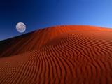 Full Moon over Red Dunes Fotografie-Druck von Charles O'Rear