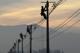 Workers Repair Electricity Pylons and Wires Damaged During an Earthquake Papier Photo par Ivan Alvarado
