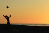 A Volleyball Player Serves at Moonlight Beach in Encinitas, California Fotografisk trykk av Mike Blake