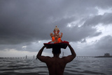A Devotee Carries a Statue of the Hindu God Ganesh into the Arabian Sea Lámina fotográfica por Vivek Prakash