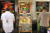 Visitors Play at Historic Pinball Machines at Pinball Museum in Ruprechtshofen Stampa fotografica di Heinz-Peter Bader