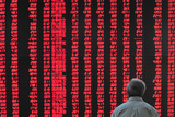 An Investor Looks at an Electronic Board Showing Stock Information, Shanxi Province Reproduction photographique par Stringer Shanghai