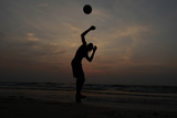 Man Plays Football on Beach in Colombo Reproduction photographique par Dinuka Liyanawatte