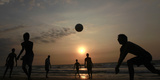 Youths Play Volleyball on the Beach in Colombo Fotografiskt tryck av Dinuka Liyanawatte
