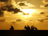 People Watch the Sunset from Havana's Seafront Boulevard 'El Malecon' Fotografisk trykk av Desmond Boylan