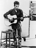Bob Dylan Playing Guitar and Harmonica into Microphone. 1965 Reproduction sur métal