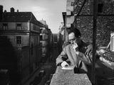 French Writer Albert Camus Smoking Cigarette on Balcony Outside His Publishing Firm Office Kunst på metal af Loomis Dean