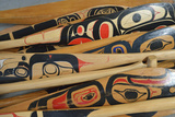Hand-Painted Haida Canoe Paddles Stacked in the Bottom of a Small Boat Fotografisk tryk af Jonathan Kingston