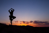 A Climber Practices Yoga Atop a Granite Block as the Sun Sets Reproduction photographique par Ben Horton