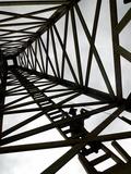 Una silueta dentro de un réplica de la torre de perforación de petróleo de Spindletop Arte sobre metal