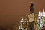 Low Angle View of a Statue in Front of the Mormon Temple, Salt Lake City, Utah, Usa Fotografisk tryk af Green Light Collection