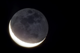 Telescopic View of Crescent Moon and Earthshine, the Night Side of the Moon Illuminated by Earth Fotografisk tryk af Babak Tafreshi
