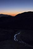 Mercury, Venus, and Crescent Moon Align in Morning Twilight over a Creek in the Great Salt Desert Fotografisk tryk af Babak Tafreshi