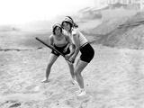 Anne Levy De Science Et Vie Et Sa Fidele Coequipiere Jouant Au Baseball Sur La Plage - Photomontage Foto