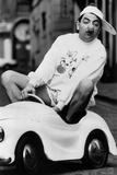 Le Comedien Britannique Rowan Atkinson Portant Un Nez De Clown Dans Une Voiture Pour Enfants Photo