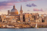 Valletta Skyline at Sunset with the Carmelite Church Dome and St. Pauls Anglican Cathedral Fotografisk tryk af Neale Clark