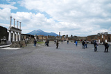 The Forum of Pompeii with Mount Vesuvius in the Background, Pompeii, Campania, Italy Fotografisk tryk af Oliviero Olivieri