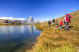 Hikers Walking on the Path Beside the Stellisee with the Matterhorn Reflected Lámina fotográfica por Roberto Moiola