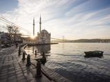 Exterior of Ortakoy Mosque and Bosphorus Bridge at Dawn, Ortakoy, Istanbul, Turkey Fotografisk tryk af Ben Pipe