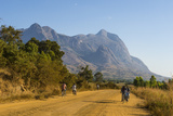 Road Leading to the Granite Peaks of Mount Mulanje, Malawi, Africa Fotografisk tryk af Michael Runkel