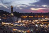 Djemaa El Fna Square and Koutoubia Mosque at Sunset Fotografisk tryk af Stephen Studd