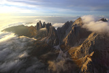 Aerial View of the Mountain Range of Odle Surrounded by Clouds in the Dolomites Impressão fotográfica por Roberto Moiola