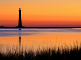 Silhouetted Morris Island Lighthouse at Sunrise Reproduction sur métal par Robbie George