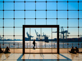 People Strolling at Hamburg Harbour Modern Architecture Stampa su metallo di Bodo Ulmenstein