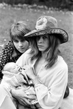 David Bowie with Wife Angie and Three Week Old Son Zowie 1971 Fotografisk tryk af Ron Burton
