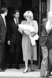 Prince Harry Leaving Hospital as a Newborn 1984 Fotografisk tryk af Kent Gavin