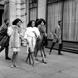 The Supremes in London Holding Umbrellas 1965 Fotografisk tryk af Cyril Maitland