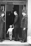 Prince Harry Leaving Hospital as a Newborn 1984 Fotografisk tryk af Kent Gavin