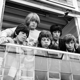 The Rolling Stones Look Out of the Window, 1965 Fotografisk tryk af Staff