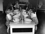 Children washing in enamel basins, 1943 Stampa fotografica di  Staff