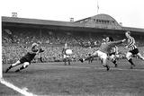 Manchester United Footballer George Best in Action 1971 Fotografisk tryk af  Chapman