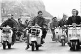 Mods in Hastings, August 1964 Valokuvavedos tekijänä Alisdair Macdonald