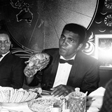Cassius Clay Eating Chicken at Isows Restaurant in Soho Brewer Street London Fotografisk tryk af Staff