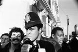 Muhammad Ali Posing in Policemans Helmet, 1980 Lámina fotográfica por  Staff
