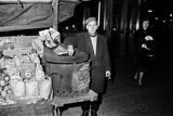 Hot Chestnut Hawker in Leicester Square 1963 Fotografisk tryk af Tanner