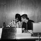 Dionne Warwick and Burt Bacharach, 1964 Fotografisk tryk af Bela Zola